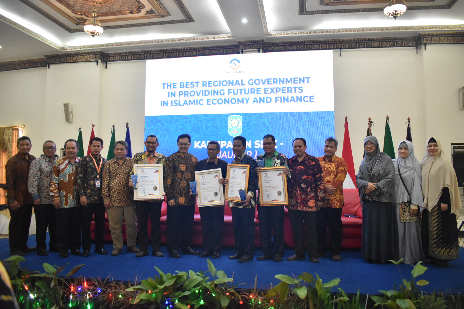 Pemberian Award The best Regional Government in Providing Future Experts in Islamic Economics and Finance